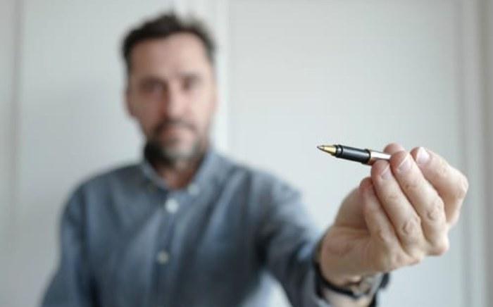homme stylo  la main